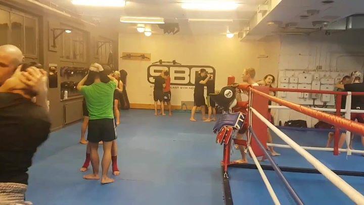 Idag bjöds det på mysig och romantisk clinchträning för våra Thaiboxare i Steg 2…
