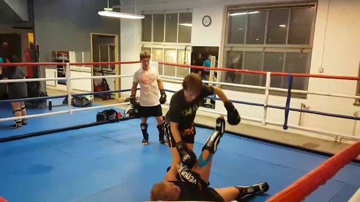 På kvällens Thaiboxning Steg 2 pass övades det på att fånga sparkar och svepa. G…
