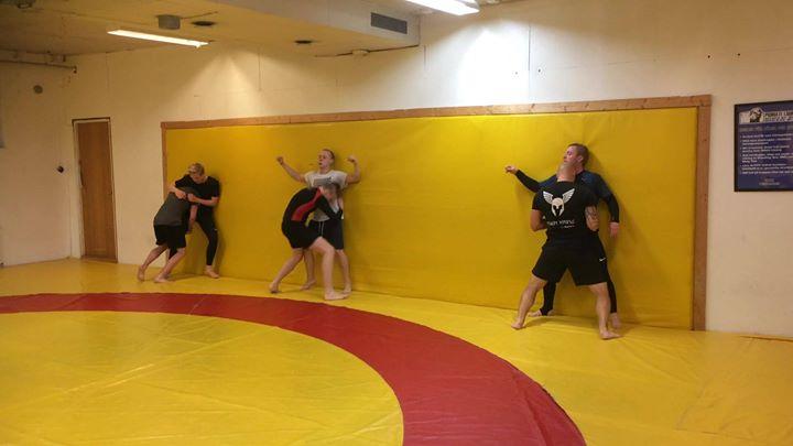 På dagens MMA Steg 2 kl 18-19 övades det på offensiv brottning mot bur. Väldigt …