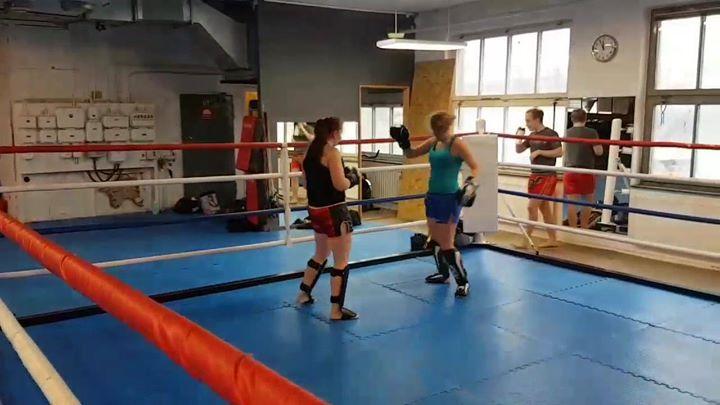 På gårdagens Thaiboxning för kvinnor pass övades det på Reverse Cross och uppföl…